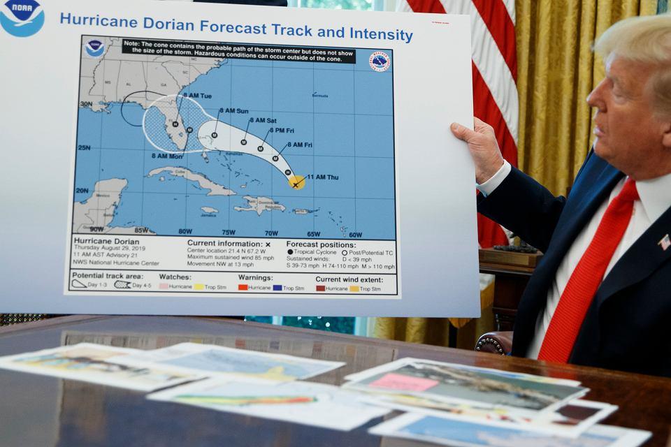 Prezydent Donald Trump pokazuje mapę trajektorii Doriana, Waszyngton 4.09.2019