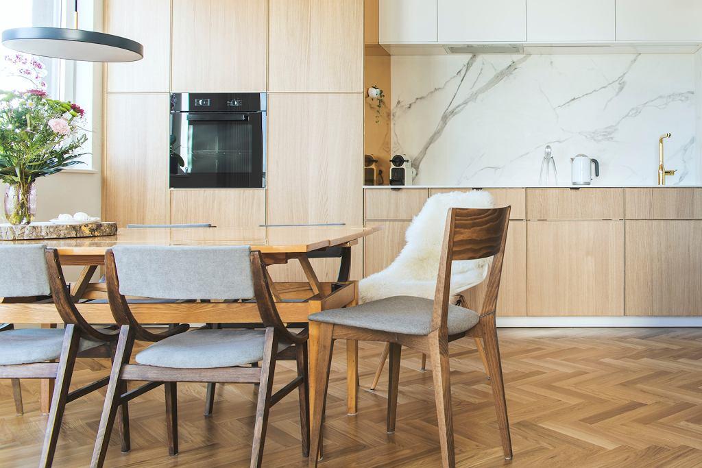 Biały marmur w kuchni.