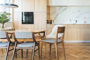Biały marmur w kuchni. Oto modne wzory na blat, ścianę i podłogę
