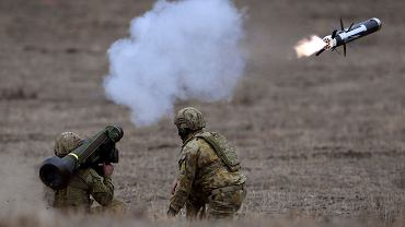 Australijscy żołnierze odpalają pocisk javelin podczas majowych ćwiczeń na poligonie w Melbourne