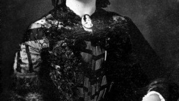 W 1867 r. Mary Todd Lincoln postanowiła sprzedać suknie, które nosiła jako pierwsza dama, licząc na to, że pokryje w ten sposób część swoich długów. Niestety, wyprzedaż w Nowym Jorku nie przyniosła zbyt wielkich pieniędzy. Jej syn Robert uznał wyprzedaż za upokarzającą i twierdził, że był to kolejny przejaw szaleństwa matki