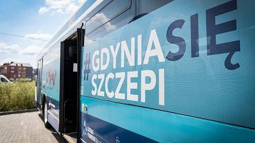 Gdynia. Antyszczepionkowcy zaatakowali szczepibusa