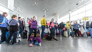 Pasażerowie czekają na odprawę (zdjęcie ilustracyjne)