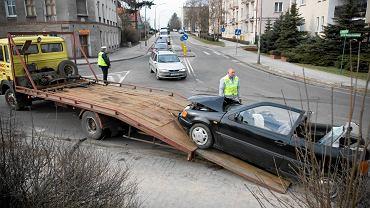Straż miejska odholowuje samochód. Zdjęcie z Zielonej Góry