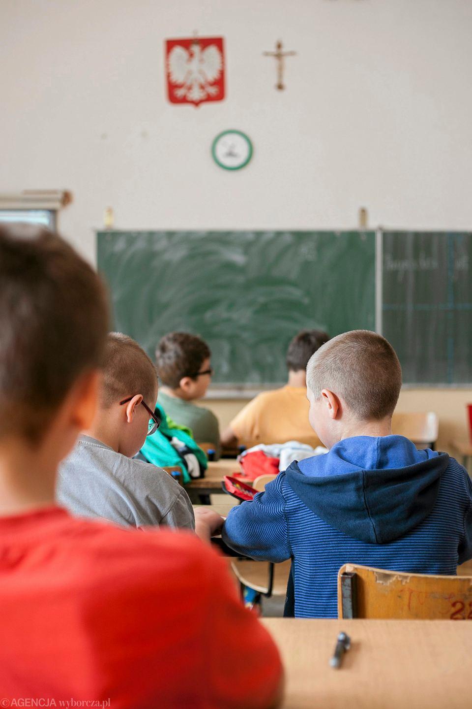 Szkoła, w której sześcio - siedmiolatki muszą siedzieć w miejscu przez kilka godzin z kilkuminutowymi przerwami jest absurdem. Znając prawidła rozwoju dziecka wiemy, że to jest dla dzieci bardzo trudne
