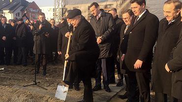 Prezes PiS Jarosław Kaczyński, symbolicznie wbija łopatę pod pierwszą inwestycję mieszkaniową, która powstanie w Białej Podlaskiej w ramach programu 'Mieszkanie plus'