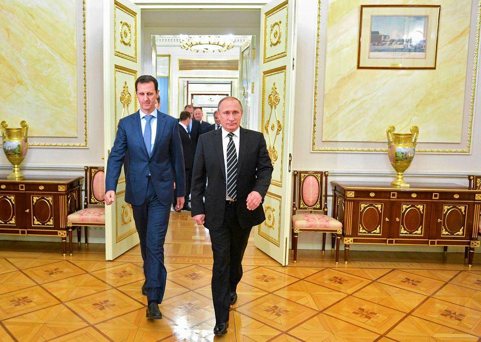 Prezydent Syrii Baszar al-Asad (z lewej) wyjechał za granicę po raz pierwszy od wybuchu wojny domowej w 2011 r. We wtorek w Moskwie przyjął go Władimir Putin