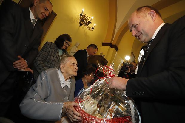 Zdjęcie numer 8 w galerii - Elżbieta Rogala kończy 108 lat, życzenia i kwiaty od marszałka [ZDJĘCIA]