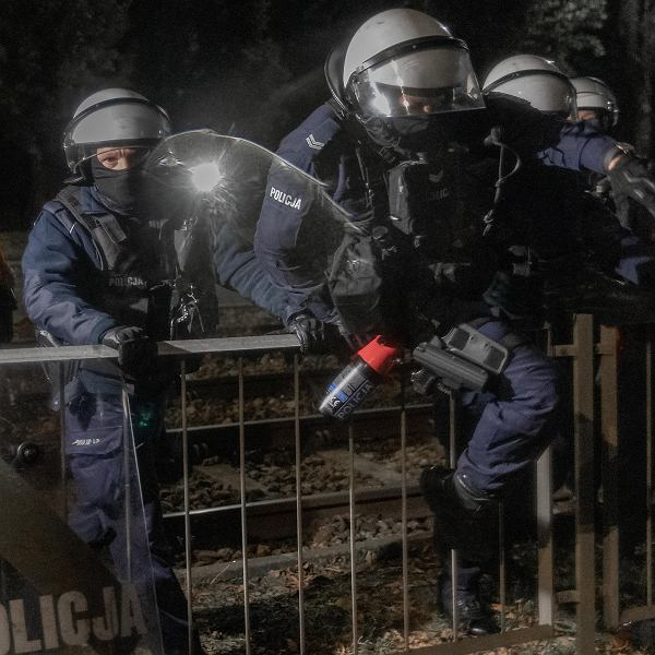 Protesty kobiet: jak się przygotować na atak gazem pieprzowym.