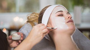 Peeling enzymatyczny to często stosowana i skuteczna metoda walki z trądzikem.
