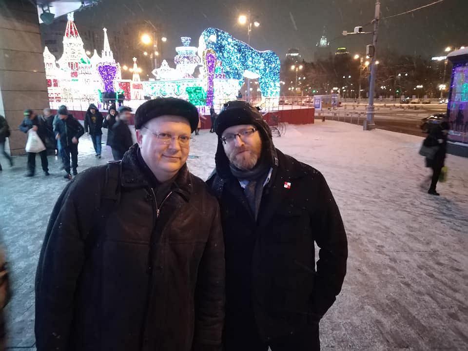 Grzegorz Braun z Leonidem Swiridowem w Moskwie na tle świątecznych dekoracji. Zdjęcie pochodzi z Facebooka Swiridowa i jest opatrzone datą 20 grudnia 2018, czyli trzy lata po wydaleniu Rosjanina z Polski.