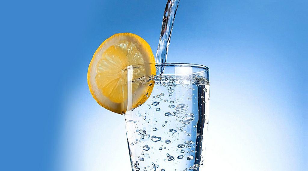 Wodę z cytryną powinny pić osoby mające kamienie nerkowe i dnę moczanową