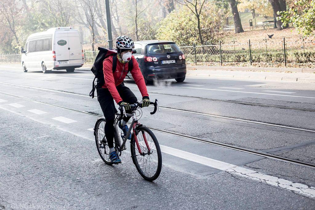 Rowerzysta w maseczce antysmogowej/zdjęcie ilustracyjne