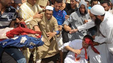Marokańscy salafici (fundamentalistyczni wyznawcy islamu) protestują przeciwko antymuzułmańskiemu filmowi niszcząc amerykańską flagę. Plac przed meczetem w miejscowości Rahma, 14 września 2012 r.