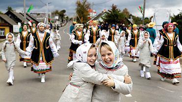 Sam Łukaszenka twierdził, że Białorusini to tacy Rosjanie, tylko ze znakiem 'plus'. Mniej piją, więcej pracują