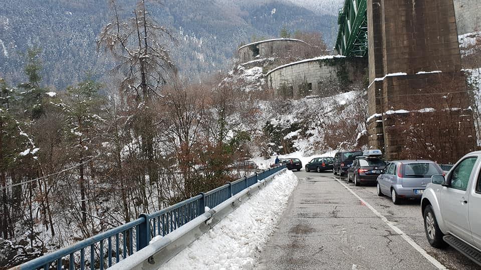 Polacy utknęli w korku na autostradzie w Alpach, zeszła tam lawina. Czekają od kilkunastu godzin, wśród nich kobieta w ciąży
