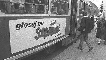 1989, Warszawa, tramwaj z reklamą wyborczą.