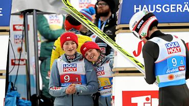 Kinga Rajda (z lewej) i Kamila Karpiel na MŚ w Seefeld w 2019 r. Patrzą na Kamila Stocha