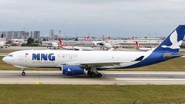 Zdjęcie ilustracyjne, samolot MNG Airlines Airbus A330-243F na lotnisku w Stambule.