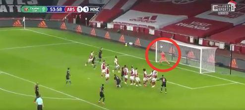 Fatalna interwencja Runara Runarssona. Manchester City 4:1 Arsenal / Źródło: Twitter