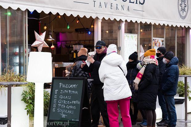 Zdjęcie numer 9 w galerii - Tłumy na Rynku we Wrocławiu. Spacery z jedzeniem na wynos i puszczanie baniek