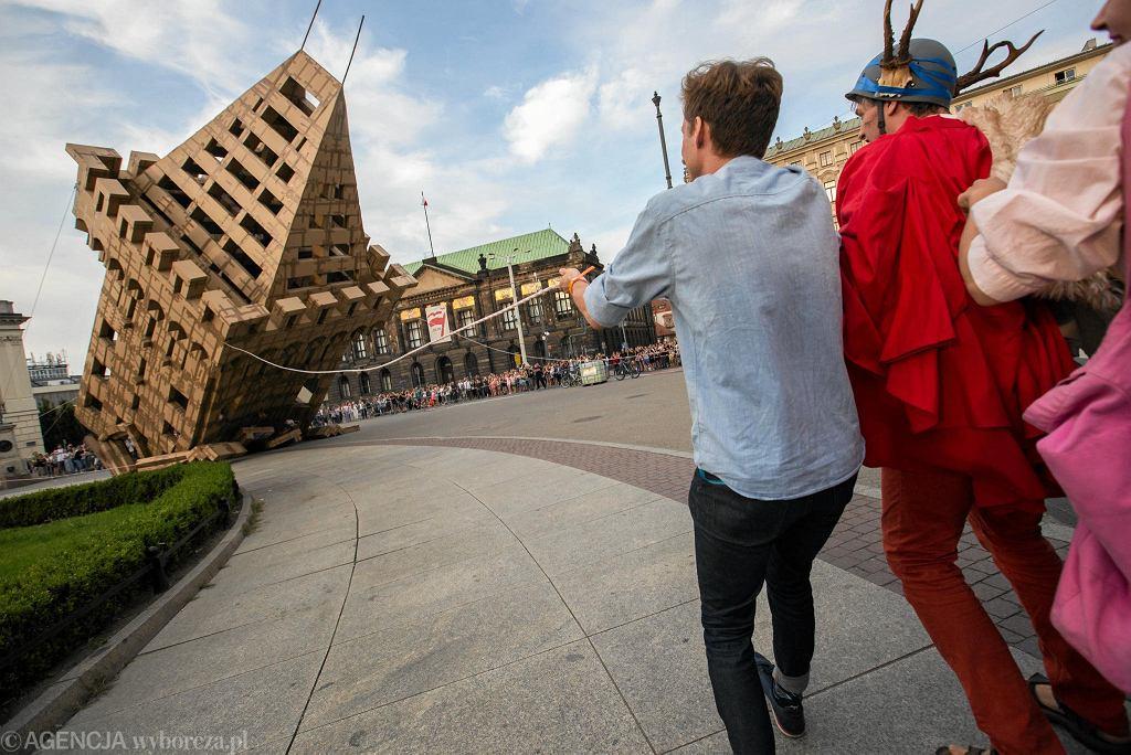 Malta Festival. Burzenie kartonowej repliki 'wieży Gargamela' Zamku Przemysła na otwarcie 28. edycji festiwalu
