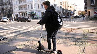 Coraz więcej dzieci korzysta z elektrycznych hulajnóg (fot: Cezary Aszkielowicz/ Agencja Gazeta)