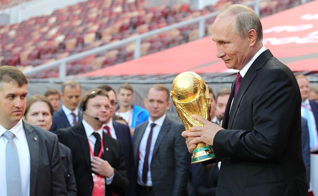 Władimir Putin z pucharem MŚ