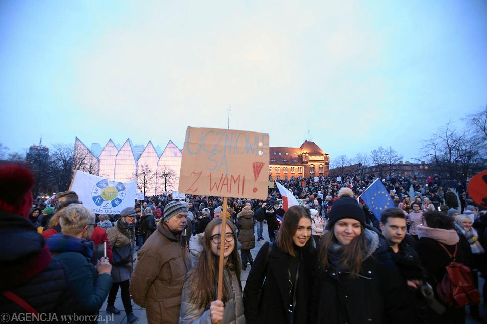 'Łańcuch światła z wykrzyknikiem' - tak wyglądała organizowana w ubiegłym tygodniu na placu Solidarności  manifestacja poparcia dla strajkujących nauczycieli