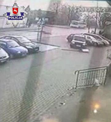 82-latek chciał tylko wycofać auto, jednak pomylił hamulec z gazem