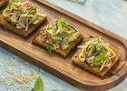 Ma łagodny smak i świetnie się topi. Pasuje do pieczywa, zapiekanek i owoców. Jak powstał ser edamski?