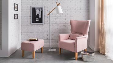 Pastelowy fotel uszak z podnóżkiem