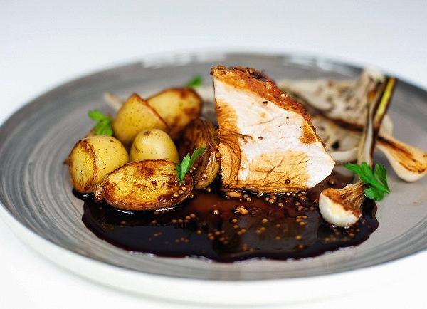 Ćwiartka pieczonej piersi zindyka ze smażonymi ziemniakami, palonym liściem kiszonej kapusty, karmelizowaną dymką oraz musztardowym sosem jus zindyka