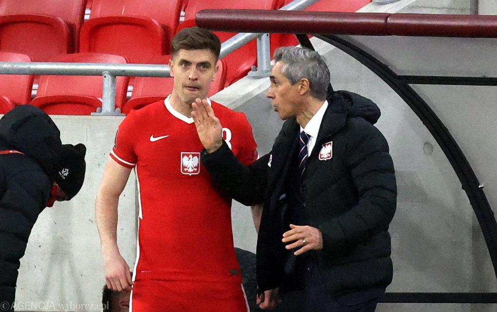 Węgry - Polska. Krzysztof Piątek słucha poleceń Paulo Sousy przed wejściem na boisko
