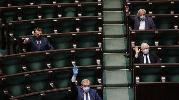 16.04.2020, posłowie PiS: Mariusz Błaszczak, Henryk Kowalczyk, Ryszard Terlecki i Jarosław Kaczyński podczas posiedzenia Sejmu.