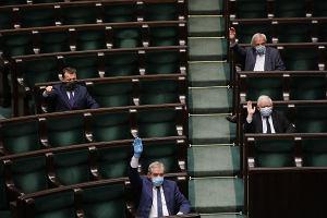 """95 poprawek Senatu Sejm przegłosował w pół godziny. Co znalazło się w nowej """"tarczy antykryzysowej""""?"""