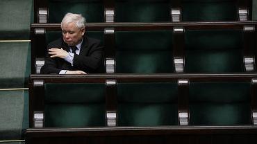 Jarosław Kaczyński podczas bloku głosowań, m.in. nad 'tarczą antykryzysową'. Piąty dzień 9. posiedzenia Sejmu IX kadencji - w dobie pandemii koronawirusa. Warszawa, 8 kwietnia 2020