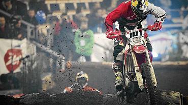 Już po raz trzeci Łódź opanuje motocyklowy szał. Okazją będzie druga eliminacja mistrzostw świata w superenduro, w której niekwestionowaną gwiazdą jest Tadeusz Błażusiak. 'Taddy' wygrywał w łódzkiej Atlas Arenie w obu wcześniejszych edycjach imprezy i w najbliższą niedzielę ponownie będzie faworytem. Oprócz trzech głównych wyścigów organizatorzy jak zwykle przewidzieli również masę dodatkowych atrakcji. Najciekawiej zapowiada się pojedynek Adama Małysza z Jerzym Janowiczem, którzy będą... ścigać się na kosiarkach. Zanim niedziela impreza się rozpocznie (początek o godz. 15), przypomnijmy sobie emocje z poprzedniego roku. Oto galeria zdjęć z eliminacji MŚ w superenduro z 2012 r.