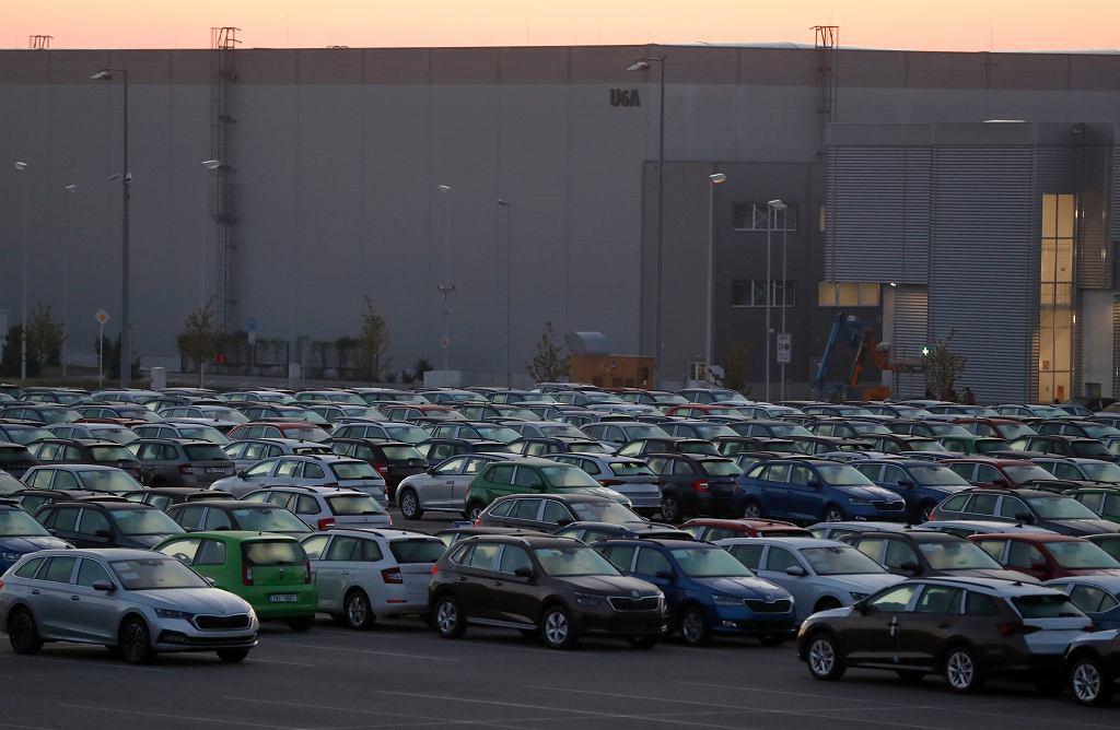 Parking przed fabryką Skody w Mlada Boleslav, Czechy 27.04.2020