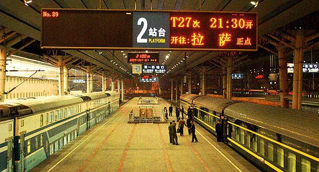 Podróż pociągiem z Pekinu do Tybetu, azja, podróże, Dworzec Pekin Zachodni. Pociąg do Lhasy odjeżdża stąd o 21.30. Podróż do Tybetu będzie trwała dokładnie 47 godz. i 28 min.