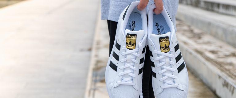 Buty damskie Adidas Superstar od lat cieszą się dużą popularnością. Sprawdź kultowe modele w okazyjnych cenach!