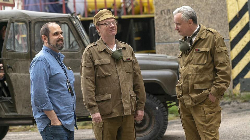 Craig Mazin (po lewej) na planie serialu 'Czarnobyl' z aktorami: Jaredem Harrisem i Stellanem Skarsgardem