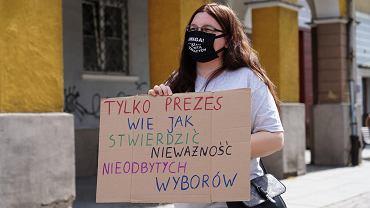 Protest obrońców demokracji w Olsztynie przeciwko 'wyborom' prezydenckim 10 maja, które PiS odwołał