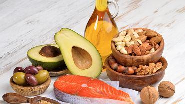 Wielonienasycone kwasy tłuszczowe - ich doskonałymi źródłami są oleje roślinne, orzechy oraz tłuste ryby morskie