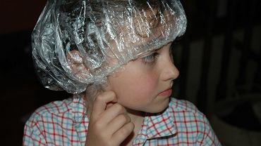 Ogłoszenia z prośbą o sprawdzanie dzieciom głowy na obecność wszy wiszą na szkolnych tablicach