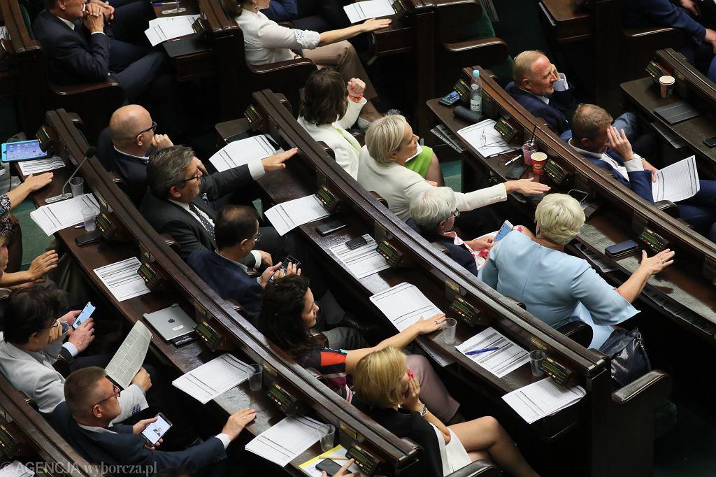 Sejm przyjął poprawkę dot. wypłaty 500 zł. dla wszystkich niepełnosprawnych, bez kryterium dochodowego. Posłowie opozycji klaszczą i walą w pulpity.Warszawa, 19 lipca 2019