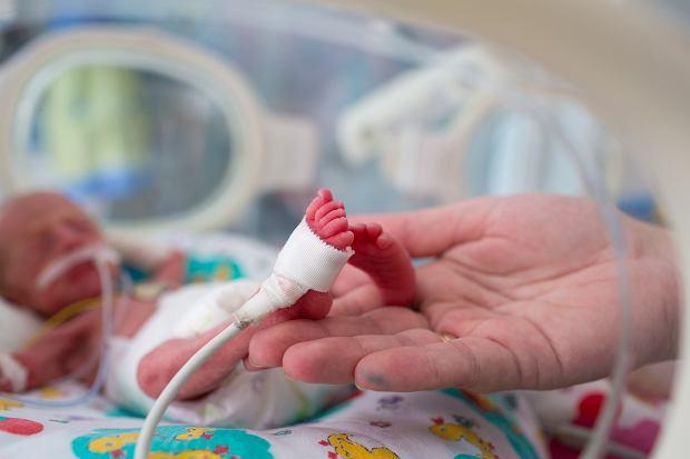 Lekarze wpuścili tatę Julka na salę, kiedy syn już leżał w inkubatorze, był podłączony pod aparaturę wspomagającą oddychanie. Tata zrobił mu zdjęcie , po to, żebyśmy pamiętali, że taki był. Ja długo nie potrafiłam Julkowi robić zdjęć. Jego widok był trudny do zniesienia