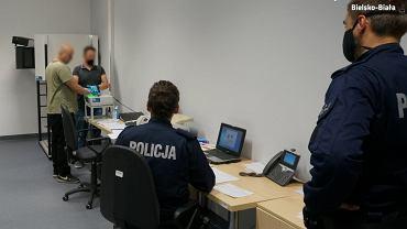 Kryminalni z Bielska-Białej wytropili i zatrzymali dwóch mężczyzn, którzy spalili bmw Z4 o wartości 100 tys. zł