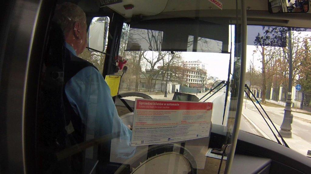 Ten kierowca jechał zgodnie z przepisami. Niestety, nie wszyscy kierowcy na niebezpiecznym odcinku ulicy Belwederskiej tak postępują.
