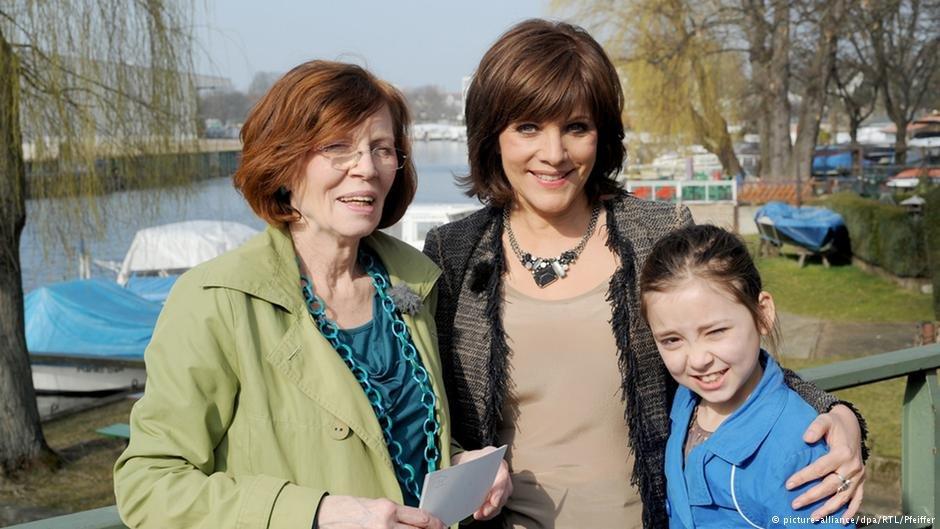 Annegret R. z najmłodszą córką i prezenterką telewizji RTL Birgit Schrowange. Magazyn